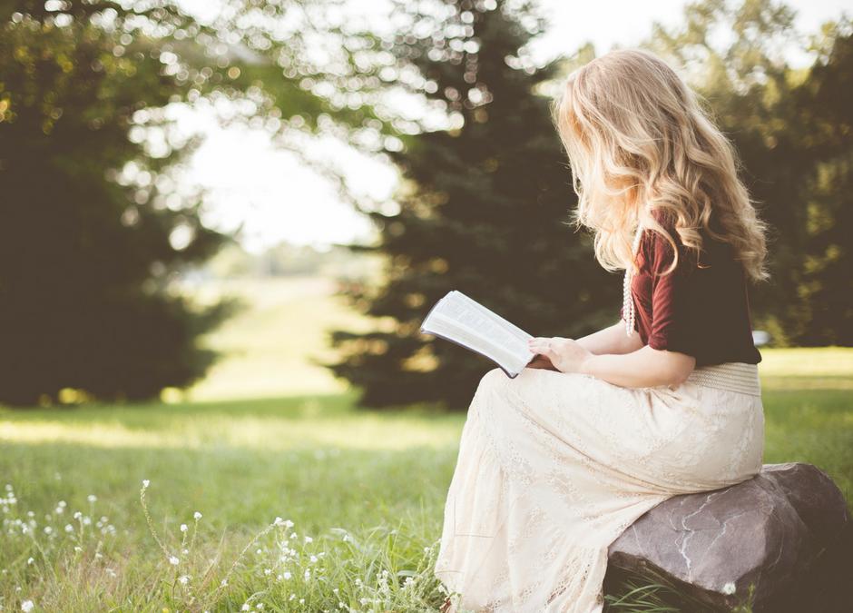 Warum das Lesen von Selbsthilfebüchern dich allein nicht weiterbringt